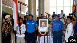 Jenazah almarhum Prof Suhardi Ketua Umum Partai Gerindra disemayamkan di Balairung UGM Bulaksumur, Jumat, 29 Agustus 2014. (VOA/Munarsih Sahana)