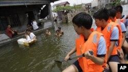 Polisi mengimbau warga untuk mengungsi ke tempat-tempat penampungan di Malabon, utara Manila (Foto: dok). Manila terus menerus diguyur hujan sejak pekan lalu dan memaksa puluhan ribu warganya mengungsi.