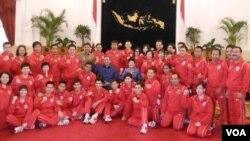 Para atlit dan pendamping tim Olimpiade Indonesia berfoto bersama Presiden SBY dan ibu negara Ani Yudhoyono di istana negara (15/7).