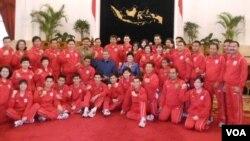 Kontingen olimpiade Indonesia berfoto bersama Presiden SBY dan ibu negara Ani Yudhoyono saat pelepasan di Jakarta (15/7). 22 atlet Indonesia dari tujuh cabang olah raga telah siap berjuang dalam Olimpiade 2012 di London kali ini.