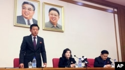 최선희(가운데) 북한 외무성 부상이 15일 평양에서 외신 기자, 외국 외교관들을 상대로 긴급간담회를 열었다.