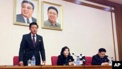 朝鮮外務省副外相崔善姬(中)星期五在平壤召開的記者會上(2019年3月15日)
