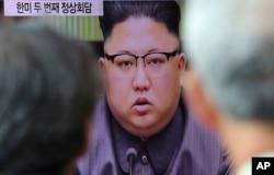 지난 22일 한국 서울역에 설치된 대형TV에서 김정은 북한 국무위원의 대 미국 성명 발표 보도가 나오고 있다.