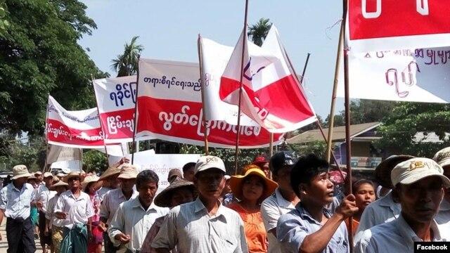 ဧၿပီလ ၉ရက္ေန႕က ေက်ာက္ျဖဴၿမိဳ႕တြင္ ျပဳလုပ္ေသာ ရခိုင္ ႏိုင္ငံေရး အက်ဥ္းသားမ်ား လြတ္ေျမာက္ေရး ဆႏၵျပပြဲ။ ဓါတ္ပံု (Facebook/Tun Kyi)