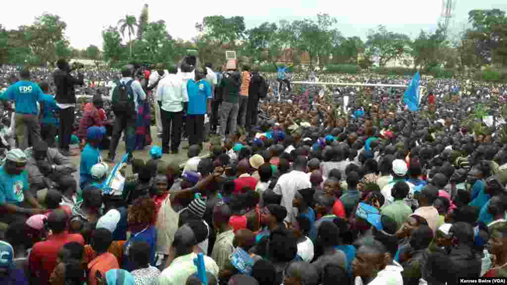 Kiza Besigye akihutubia wafuasi Mbale Uganda