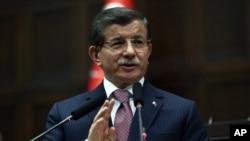 ນາຍົກລັດຖະມົນຕີ ເທີກີ ທ່ານ Ahmet Davutoglu ຖະແຫລງຕໍ່ບັນດາສະມາຊິສະພາ ໃນນະຄອນຫຼວງ Ankara ເມື່ອວັນທີ 26 ມັງກອນ 2016. ທ່ານກ່າວຢ້ຳວ່າ ເທີກີຄັດຄ້ານ ຕໍ່ການມີກຸ່ມກຳລັງຊາວເຄີດຂອງຊີເຣຍ ເຂົ້າຮ່ວມ ການເຈລະຈາ ຢູ່ທີ່ນະຄອນ Geneva.