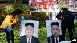 지난 4월 서울에서 북한의 핵 실험과 미사일 도발, 인권 유린을 규탄하는 집회가 열린 가운데, 김정은 북한 국무위원장의 사진이 걸려있다. (자료사진)