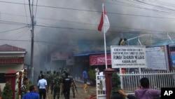 Asap mengepul dari penjara di Kabanjahe, Sumatera Utara, Indonesia, Rabu, 12 Februari 2020. (Foto: AP)