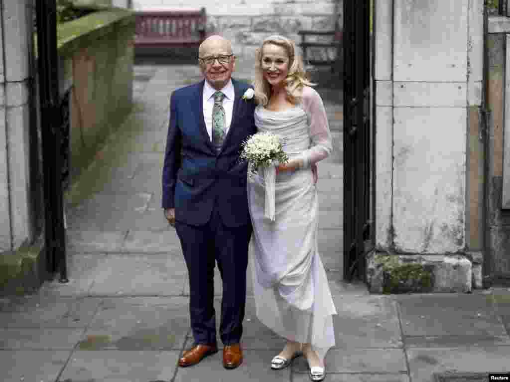 Medya patronu Rupert Murdoch ve eski süper model Jerry Hall düğün töreninden sonra poz veriyorlar.
