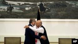 """阿富汗兩總統候選人阿卜杜拉‧阿卜杜拉 (左)和阿什拉夫‧加尼,星期日簽署組建""""全國團結政府""""權力分享協議後擁抱。"""