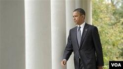 President Obama saat berjalan menuju Rose Garden di Gedung Putih, Kamis (20/10) untuk menyampaikan pernyataannya mengenai berita tewasnya Moammar Gaddafi.