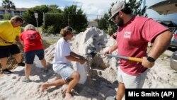 """Міська влада в Айл-оф-Палмс безкоштовно роздає пісок, щоб місцеві мешканці могли наповнити ним мішки в підготовці до урагану """"Флоренс"""" (10 вересня 2018 року)."""