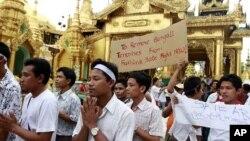 Бирма, Рангун. Люди народности Ракхайн, 9 июня 2012 года.