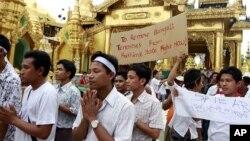 Người sắc tộc Rakhine cầu nguyện ở chùa Shwedagon tại Rangoon, Miến Điện