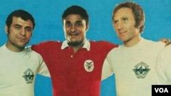 Eusebio da Silva Ferreira (kaos merah), legendaris sepakbola Portugal meninggal pada usia 71 tahun (foto: dok).