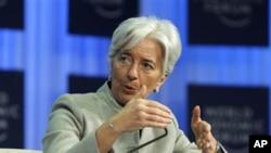 法國財政部長在論壇上發言。