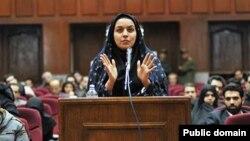 지난 2008년 12월 레이하네 자바리인이 이란 테흐란의 법정에서 정당방위를 주장하며 자신을 변호하고 있다.