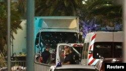 """Le camion utilisé à Nice """"comme arme de terreur"""", le 14 juillet 2015. (REUTERS/Eric Gaillard)"""