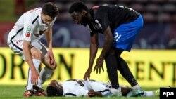 Patrick Claude Ekeng, au milieu, s'est effondré pendant le match de play-off entre son équipe, le Dinamo Bucarest et le FC Victoria, comptant pour la première ligue roumaine de football, au stade national de Bucarest, Roumanie, 6 mai2016. Le joueur camero