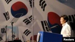 박근혜 한국 대통령이 지난해 8월 15일 서울에서 열린 제 69주년 광복절 기념식에서 경축사를 하고 있다. (자료사진)