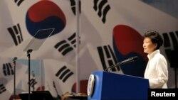 박근혜 한국 대통령이 지난달 15일 서울에서 열린 제 69주년 광복절 기념식에서 경축사를 하고 있다. 박 대통령은 한국 평창에서 열리는 유엔 생물다양성협약 총회에 북측 대표단의 참여를 제안했다.