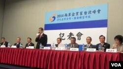 台灣前副總統、兩岸企業家峰會台方理事長蕭萬長及台灣工商界代表舉行記者會。(美國之音許波拍攝)
