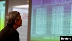 Một nhà đầu tư theo dõi diễn biến thị trường chứng khoán ở Hà Nội (ảnh tư liệu)