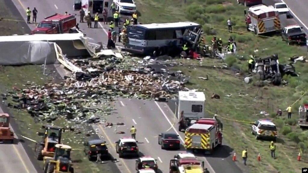 Image result for La explosión de un neumático en un camión de remolque podría ser la causa de un choque frontal con un autobús de pasajeros en la carretera interestatal 40 en Nuevo México, cerca del límite con Arizona, según las autoridades.