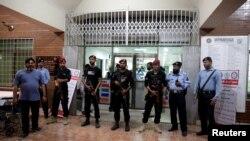 'پمز' کے اس وارڈ کے باہر پولیس اہلکار تعینات ہیں جہاں نواز شریف زیرِ علاج تھے