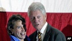 Senator Blanche Lincoln (l) and former President Bill Clinton at a Democratic political rally in Jonesboro, Arkansas, 13 Oct 2010