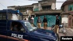 2011ء میں لاہور سے امریکی شہری ویئنسٹین کو اغوا کیا گیا تھا۔ ان کے گھر کے باہر پولیس موجود ہے۔ (فائل فوٹو)