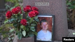 قبر الکساندر لیتویننکو در گورستانی در لندن - آرشیو