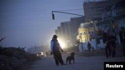 Некоторые районы до сих пор остаются без электричества. Квинс, Нью-Йорк. 11 ноября 2012 года