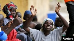 Yon dam lame sove anba men Boko Haram nan forè Sambisa, ap selebre liberasyon li nan Kan Malkohi nan vilaj Yola, nan Eta Adamawa, peyi Nijerya. (Foto: 3 me 2015).