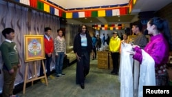 La primera dama Michelle Obama recibió de obsequio bufandas tibetanas durante su último día en China junto a sus hijas y su mamá.