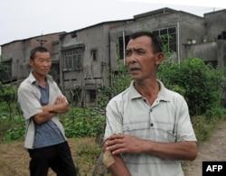 这位村民(右)抱怨老板拖欠工资