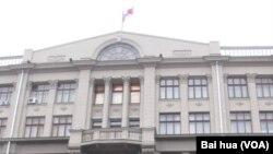 俄羅斯總統辦公廳大樓,過去是前蘇共中央總部。俄羅斯媒體稱伊萬諾夫同栗戰書會晤是兩國辦公廳主任級別的第一次會晤。(美國之音白樺拍攝)