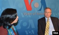 """AQShning O'zbekistondagi elchisi Jorj Krol va """"Amerika Ovozi"""" jurnalisti Navbahor Imamova suhbatda, 13-mart, 2013"""