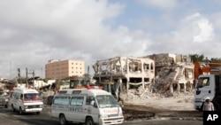 دھماکے کے زخمیوں کو ایئرپورٹ لے جانے والی ایمبولینسیں دھماکے کے مقام سے گزر رہی ہیں۔