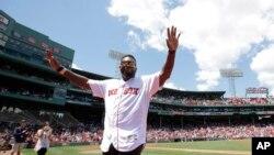 ອະດີດດາຣານັກຕີເບສບອລ ທີມ ເຣດຊັອກສ໌ ຂອງນະຄອນບອສຕັນ ຊື່ດັ່ງ ທ້າວເດວິດ ອໍຣທີຊ (David Ortiz) ໂບກມືໃຫ້ແກ່ພວກແຟນໆ ໃນລະຫວ່າງພິທີຍົກຍ້ອງໃຫ້ກຽດ ເນື່ອງໃນການໄດ້ຮັບໄຊຊະນະ ເປັນແຊ້ມໂລກກິລາເບສບອລ ໃນປີ 2007 ຫຼື Red Sox 2007 World Series, ວັນທີ 30 ກໍລະກົດ 2017, ໃນນະຄອນບອສຕັນ.