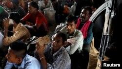 کراچی سے لاہور جانے کے منتظر بھارتی ماہی گیر، پولیس کے پہرے میں