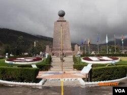 厄瓜多尔首都以北地分南北的赤道纪念碑 (美国之音 申华拍摄)