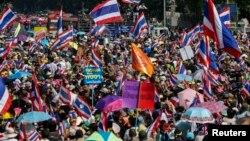 태국의 반정부 시위대가 5일 방콕 시내 가두시위에 나서고 있다.