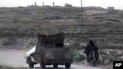 Funcionarios de las Fuerzas Democráticas Sirias y el Observatorio sirio para los Derechos Humanos - con base en Gran Bretaña - estiman que hay cerca de 3.000 jihadistas del Estado Islámico, la mayoría extranjeros, en la la región.
