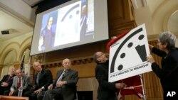 26일 미국 스탠포드대에서 공개된 '지구종말시계'. 지난해와 같은 자정 3분 전을 가리키고 있다.