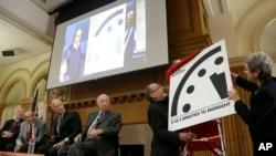 Para anggota organisasi Bulletin of the Atomic Scientists (BAS) menjelaskan mengenai Doomsday Clock atau Jam Kiamat di Universitas Stanford, California, Selasa (26/1).