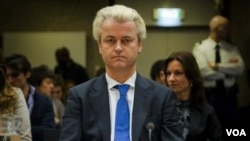 Anggota parlemen Belanda yang terkenal anti-Islam, Geert Wilders saat menghadiri sidang dengar keterangan tentang tuduhan terhadap dirinya di pengadilan Amsterdam.