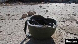 Một chiếc mũ thuộc về chiến binh Nhà nước Hồi giáo được nhìn thấy trên mặt đất tại căn cứ Trung đoàn 121 sau khi máy bay chiến đấu từ Lực lượng Dân chủ Syria chiếm quyền kiểm soát căn cứ tại thị trấn al-Melabiyyah, phía nam thành phố Hasaka, Syria, ngày 24/11/2015.