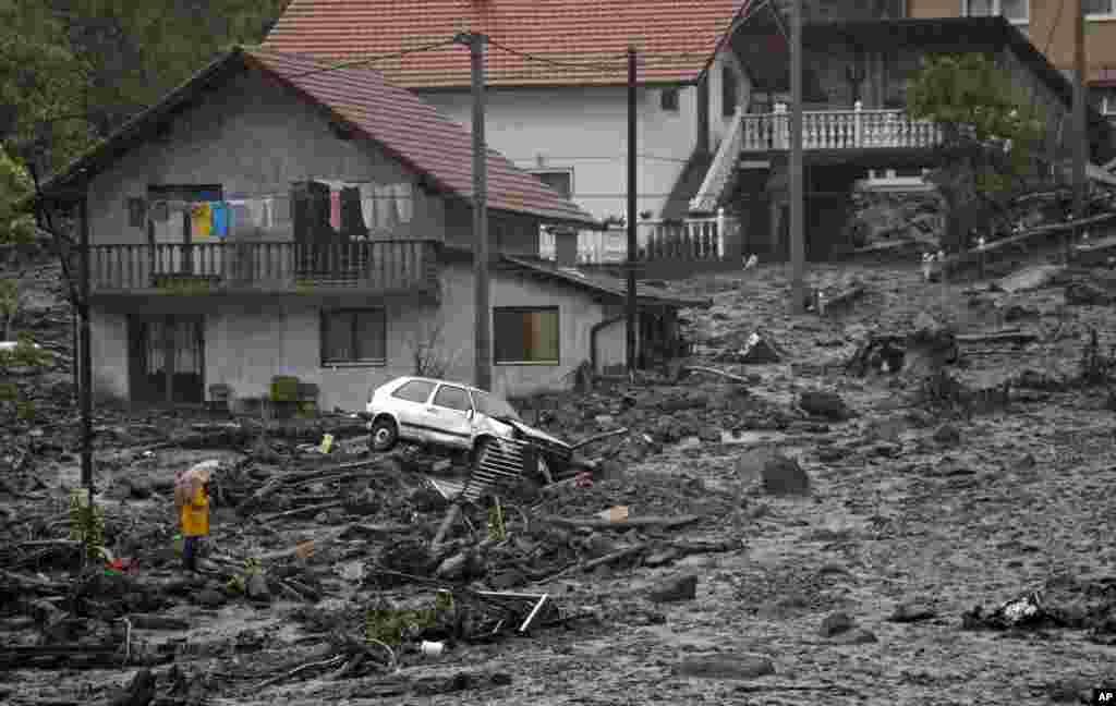 Người đàn ông Bosnia nhìn cảnh hoang tàn sau trận đất chuồi do lũ lụt gây ra trong một huyện cách thủ đô Sarajevo của Bosnia và Herzegovina 120 km về hướng bắc.