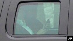 Presidente Donald Trump, es visto desde la ventana de su vehículo presidencial cuando sale del Trump National Golf Club en Potomac Falls, Virginia, el domingo, 26 de marzo de 2017.